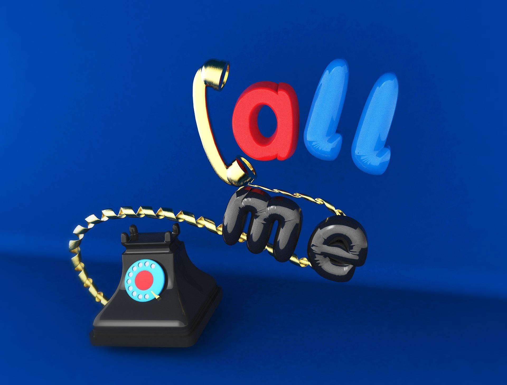 altes Telefon und die Aufschrift Call me