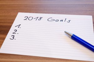 Papierblatt auf einem Tisch mit der Aufschrift 2018 Goals und Zahlen von 1 bis 3.