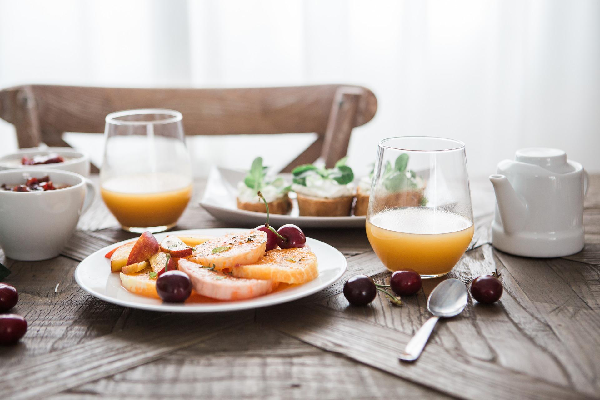 Gedeckter Tisch mit gesunden Speisen.